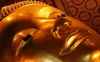 Posąg leżącego Buddy w świątyni w Bangkoku