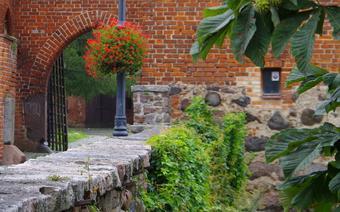 Brama zamku krzyżackiego prowadząca na dziedziniec.