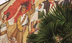 Mozaika obrazująca różne okresy w historii Albanii góruje nad głównym placem miasta