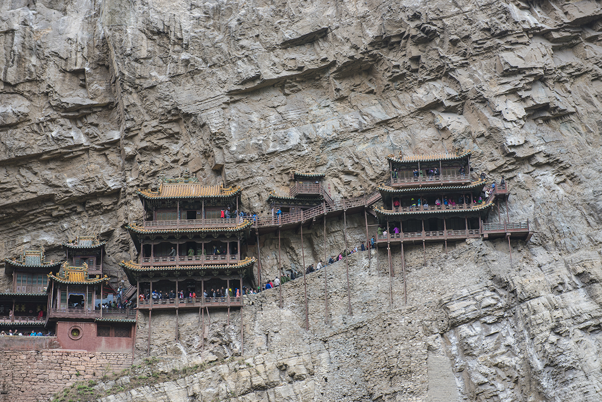 Wisząca Świątynia wisi ok. 50 m nad ziemią