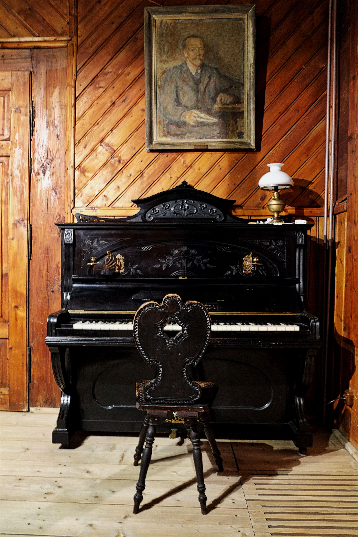 Nad pianinem we wspólnym Pokoju Werandowym wisi portret Stanisława Sokołowskiego, pierwszego gospodarza Ornaku